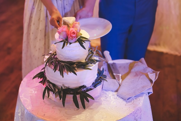 Primo piano di una bella torta nuziale