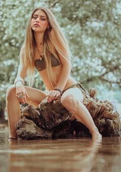 Primo piano di una bella donna in posa in un fiume