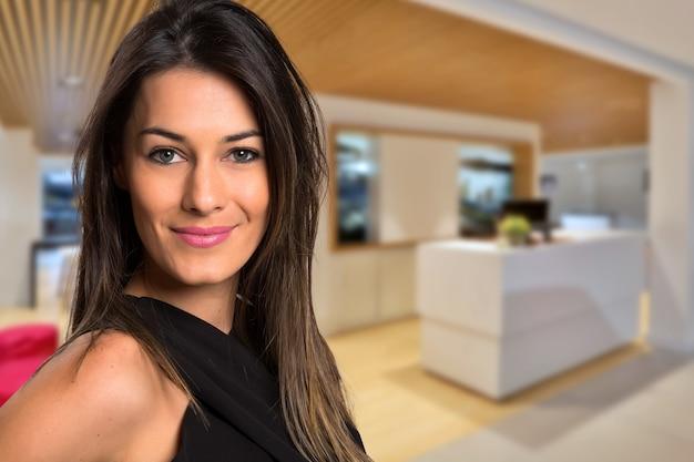 Close up bella donna sorridente in ufficio. spazio sfocato.
