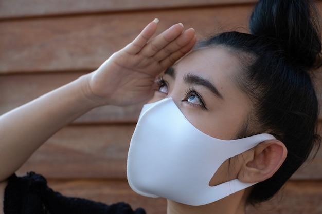 Primo piano bella giovane donna asiatica che indossa una maschera medica