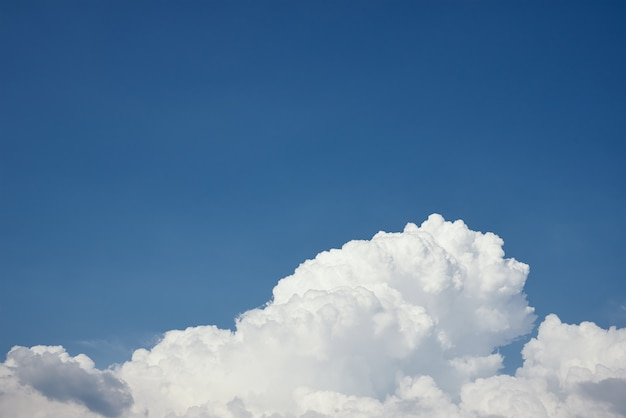 Primo piano di una grande nuvola bianca e soffice su un cielo azzurro chiaro