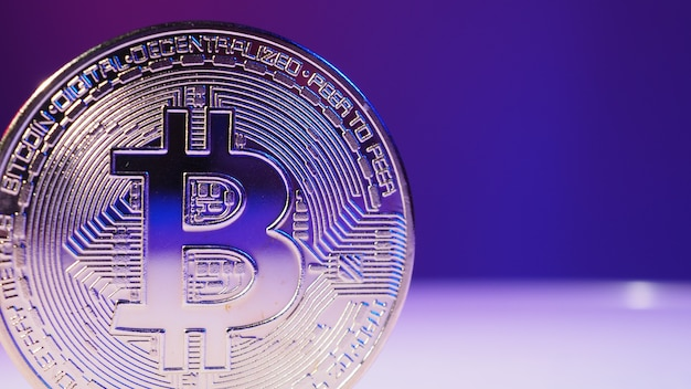 Chiudere bitcoin e barra del grafico del mercato azionario digitale sul nero. criptovaluta. crescita delle azioni bitcoin. investire in asset virtuali. piattaforma di investimento con grafici e moneta bitcoin. denaro digitale.