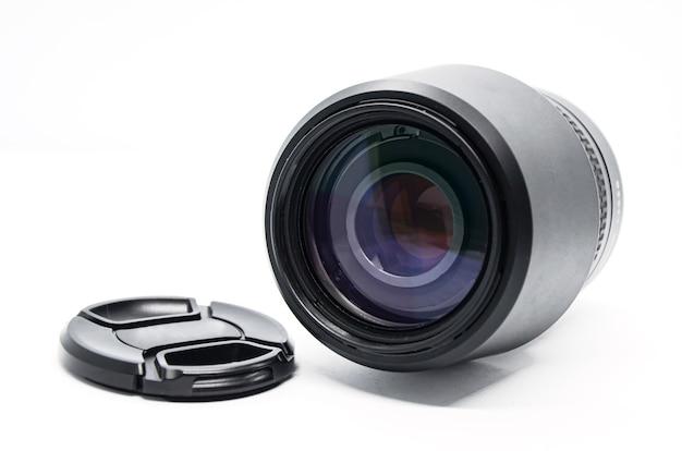 Primo piano dell'obiettivo nero della fotocamera con coperchio rimosso isolato su sfondo bianco. attrezzatura fotografica.
