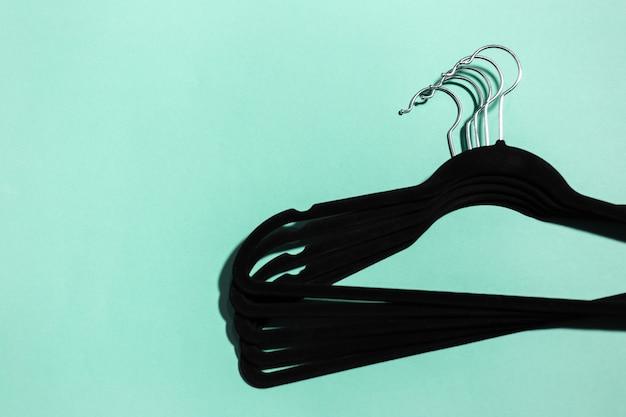Primo piano di grucce nere per i vestiti