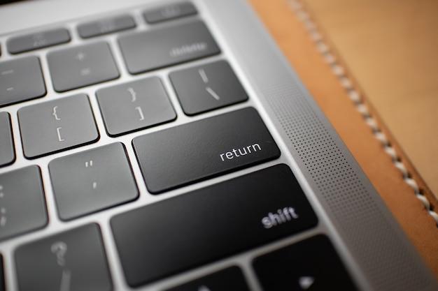 Chiuda in su del tasto nero della tastiera di un computer portatile.