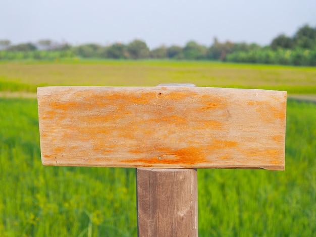 Chiuda sul bordo d'annata di legno marrone in bianco con la posta