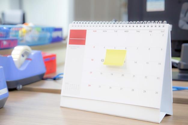 Calendario da tavolo vuoto del primo piano con la nota di carta. Foto Premium