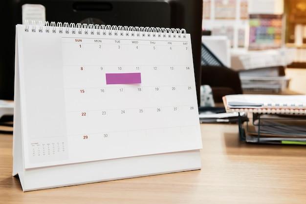 Calendario da tavolo vuoto del primo piano con la nota di carta.