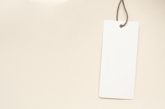 Primo piano di cartellino del prezzo in bianco sulla borsa in pelle