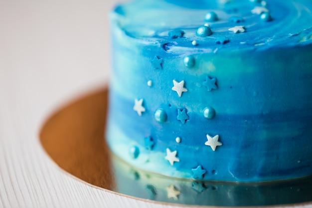 Primo piano sulla torta blu con dettagli di stelle