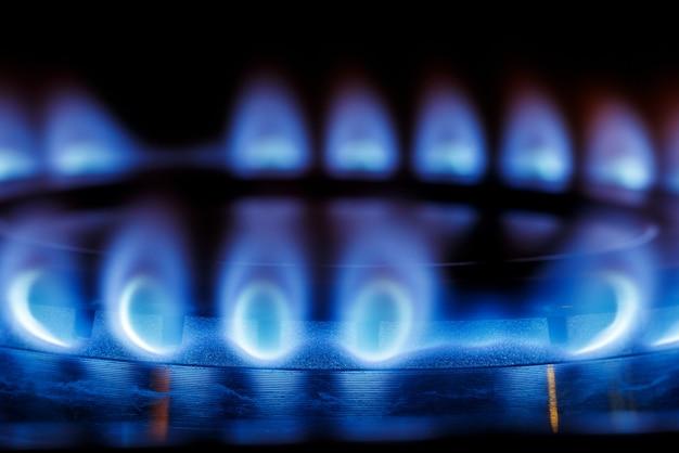 Chiudere la fiamma blu del bruciatore a gas del fornello da cucina al buio