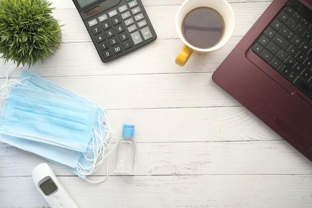 Primo piano di maschere chirurgiche blu sui tavoli da ufficio