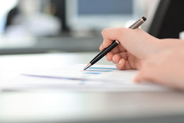 Avvicinamento. immagine sfocata di una donna d'affari alla sua scrivania.