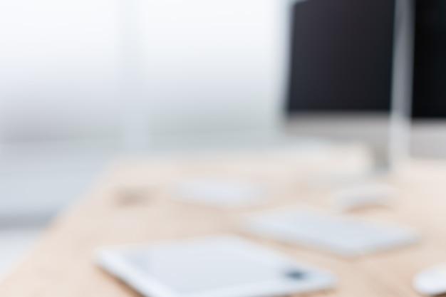 Avvicinamento. immagine sfocata di un ufficio scrivania. sfondo aziendale
