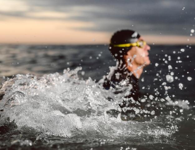 Nuotatore sfocato primo piano in acqua