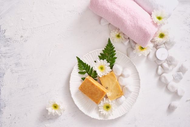 Primo piano di prodotti cosmetici per la cura del corpo su un tavolo di pietra