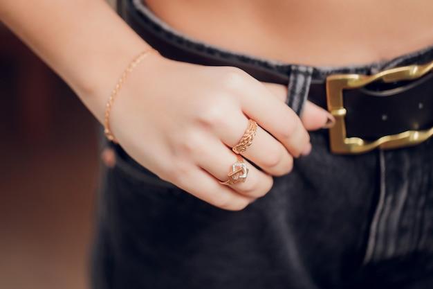 Chiuda in su delle mani di donna in stile boho con gioielli in argento.