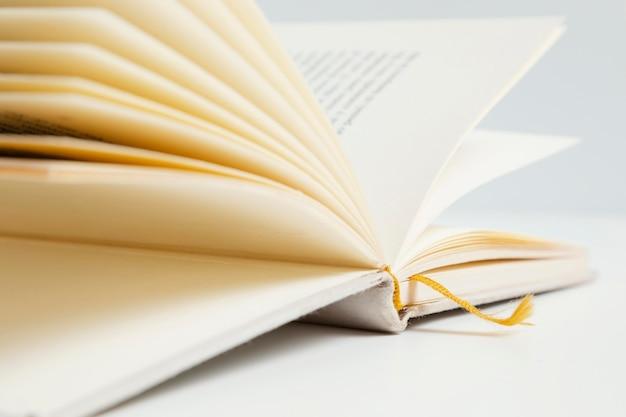 Primo piano libro con sfondo bianco