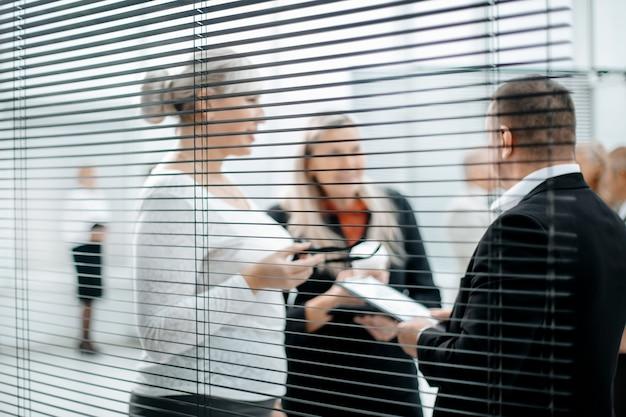 Primo piano capo e contabili per discutere il rapporto finanziario