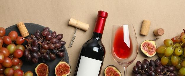 Close-up di bottiglia e bicchiere di vino