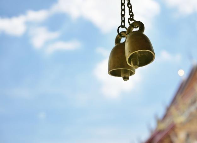 Primo piano di piccole campane in ottone nel tempio