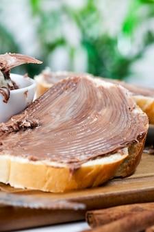 Primo piano sul pane con burro al cioccolato
