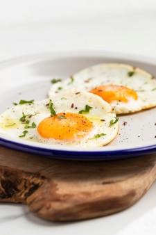 Close-up di colazione uova fritte sulla piastra