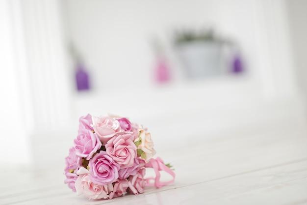 Primo piano del bouquet sposa su offuscata