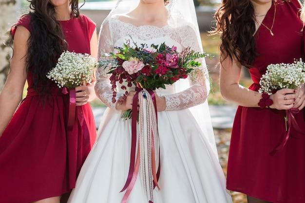 Primo piano dei bouquet della sposa e delle damigelle d'onore