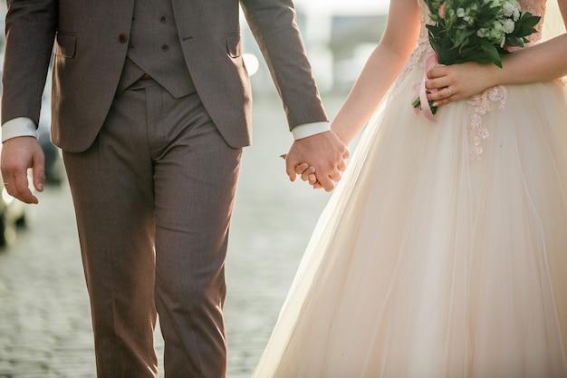 Avvicinamento. sposi che camminano insieme. il concetto di felicità