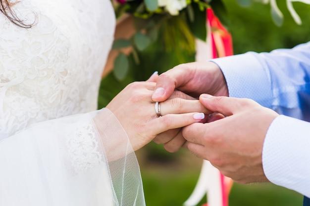 Primo piano della mano della sposa con un anello nel giorno delle nozze