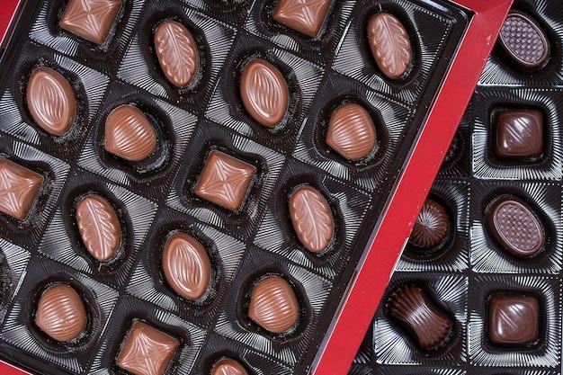 Primo piano caramella al cioccolato marrone. assortimento di caramelle al cioccolato dolci nella scatola