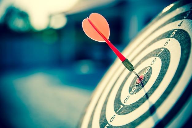 Primo piano il bersaglio ha una freccia che colpisce il centro.
