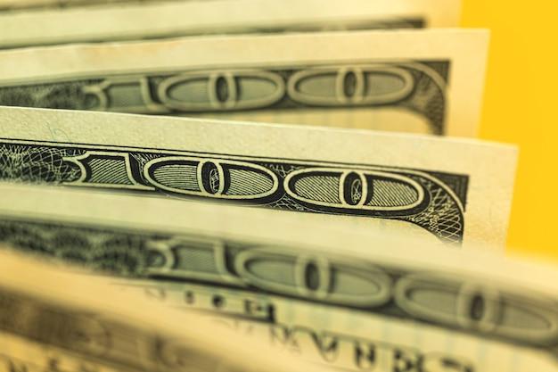 Primo piano di banconote da un dollaro con messa a fuoco selettiva, foto macro di banconote da cento dollari