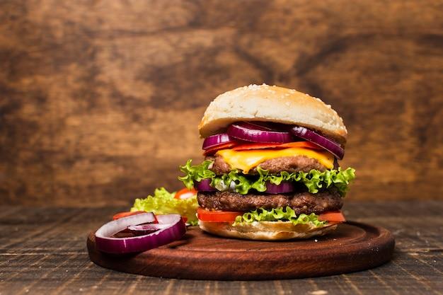 Primo piano dell'hamburger con fondo di pietra