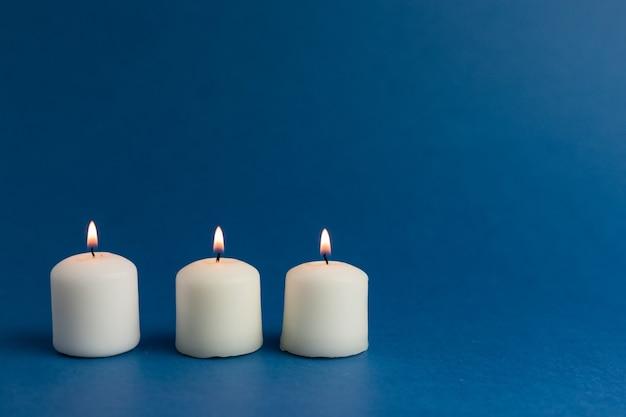 Primo piano di candele accese