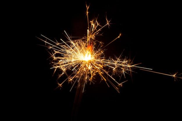 Primo piano di sparkler bruciare