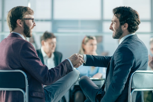 Avvicinamento. colleghi di lavoro che si stringono la mano a vicenda. foto con copia-spazio