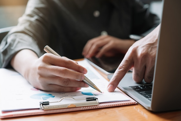 Chiuda sulla riunione d'affari e discutendo per il concetto di ricerca di finanza, di imposta, di contabilità, di statistiche e di analisi