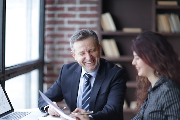 Close up.business partner che discutono di profitto finanziario. il concetto di partnership