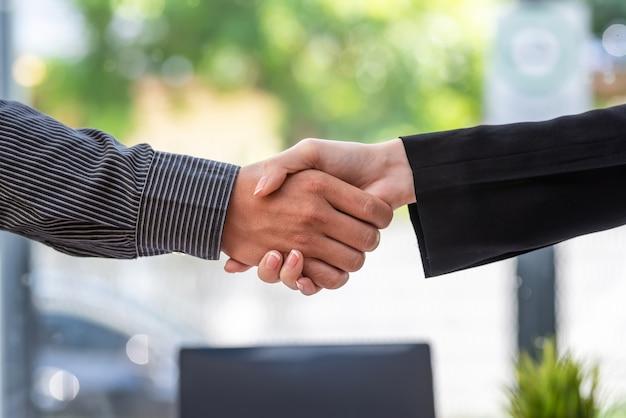 Primo piano della mano degli uomini d'affari che stringe la mano incontrando il successo in ufficio.