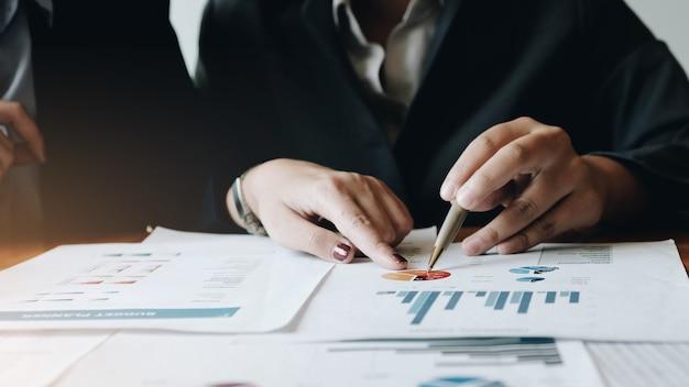 Primo piano uomini d'affari che si incontrano per discutere la situazione sul mercato. concetto finanziario aziendale