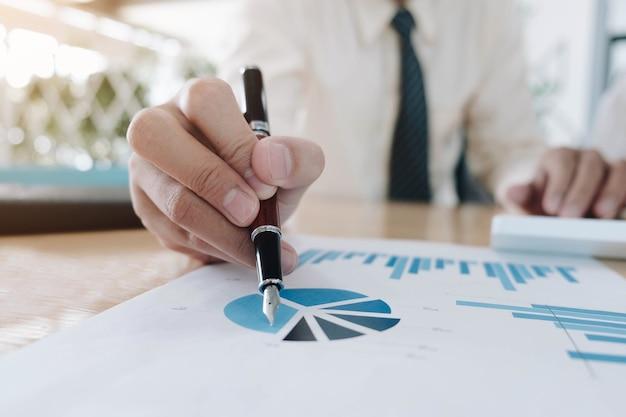 Primo piano uomini d'affari che si incontrano per discutere la situazione sul mercato.