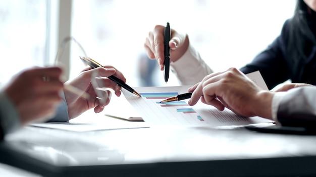 Avvicinamento. il team aziendale analizza i dati finanziari. concetto di business