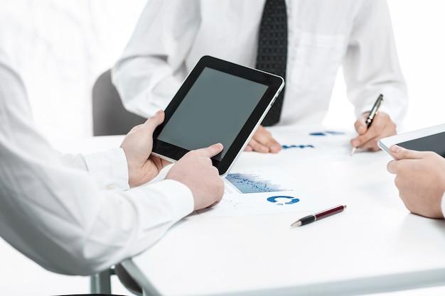 Close up.business team analizzando i dati finanziari. il concetto di lavoro di squadra