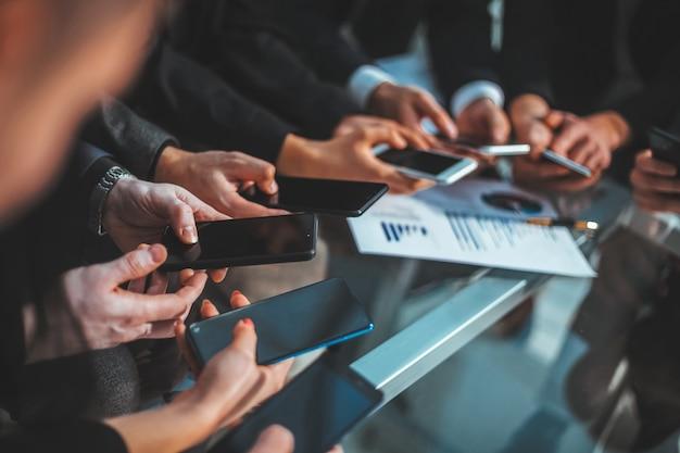 Avvicinamento . squadra di affari che analizza i dati finanziari. persone e tecnologia