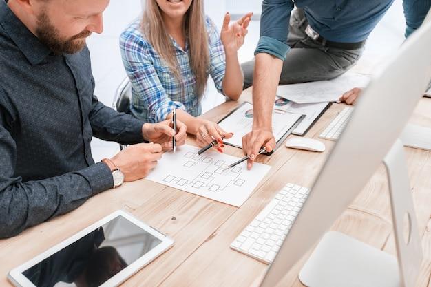 Avvicinamento. squadra di affari che discute i dati di marketing. concetto di affari