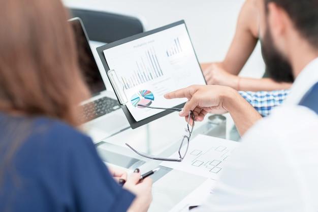 Avvicinamento. il team aziendale sta discutendo i dati finanziari