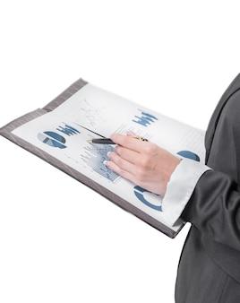 Avvicinamento. donna d'affari che controlla i dati finanziari. isolato su sfondo bianco