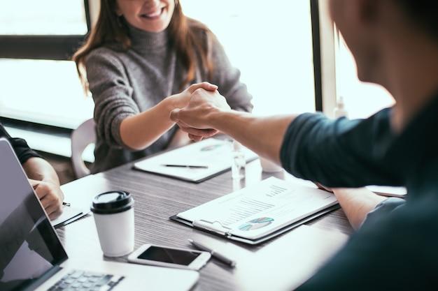 Avvicinamento. donna d'affari si stringono la mano con il suo partner finanziario. concetto di affari